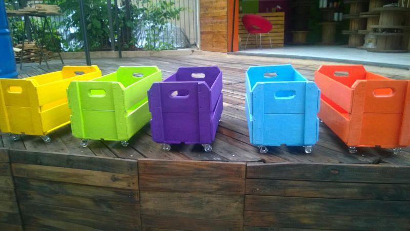 caixote de madeira colorido