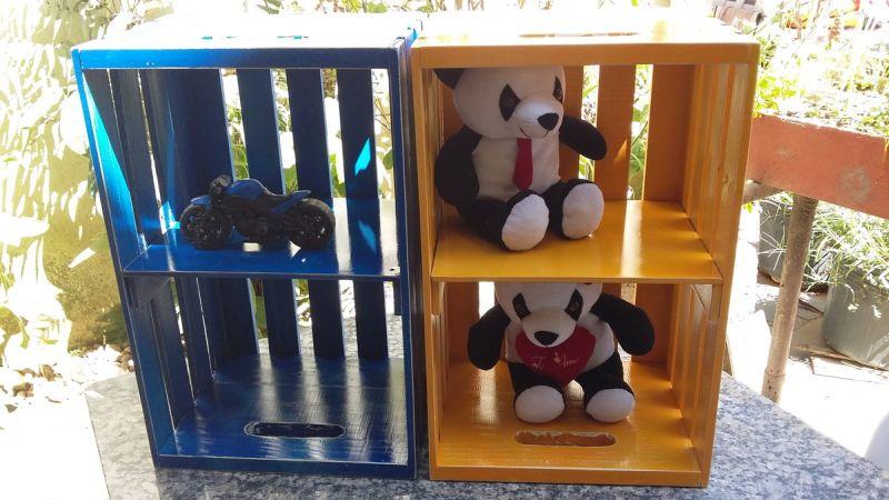 caixote de madeira com urso