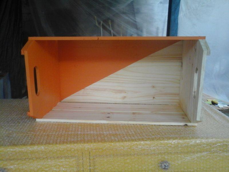 caixote de madeira laranja