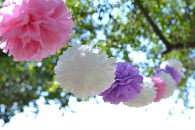 pompons de papel ao ar livre