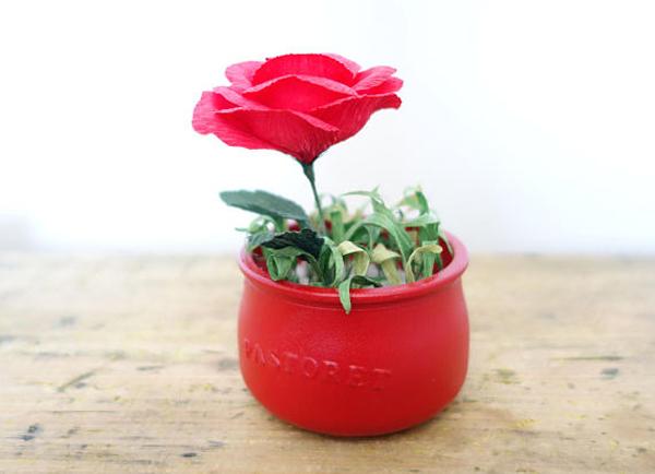 rosa em papel no vaso