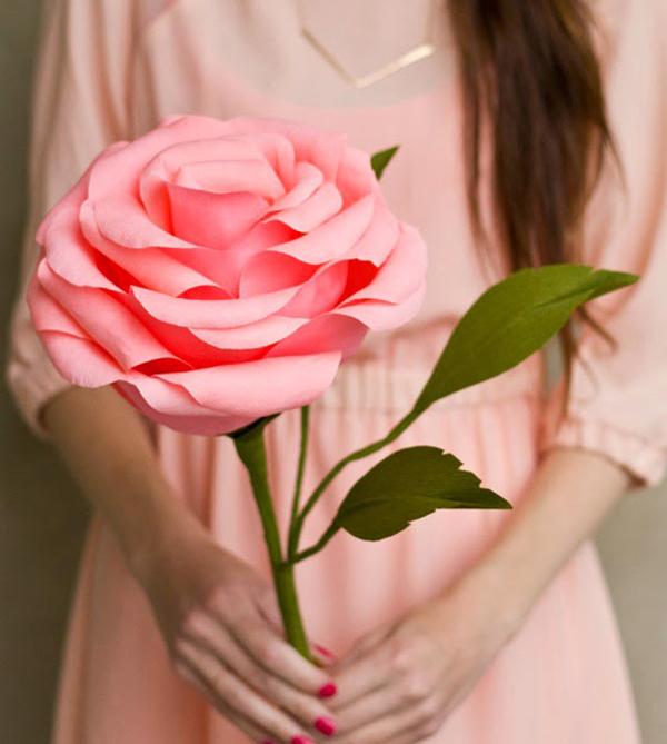 rosa em papel gigante