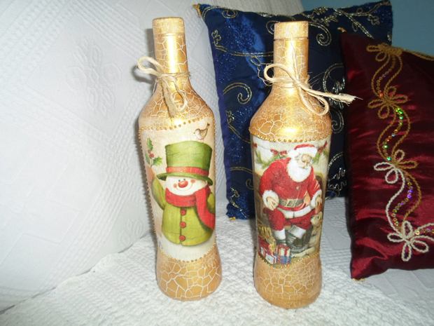 decoração de garrafa com enfeites natalinos