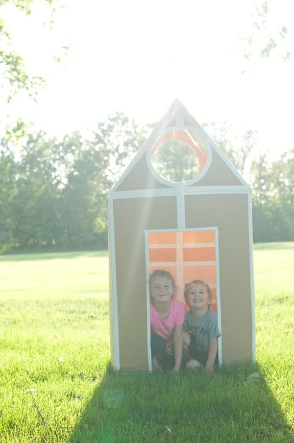 casa de papelao no jardim