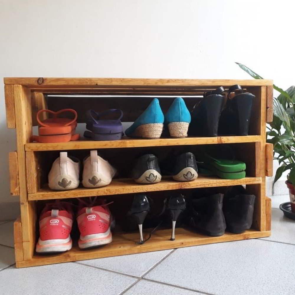 sapateira de pallet com sapatos