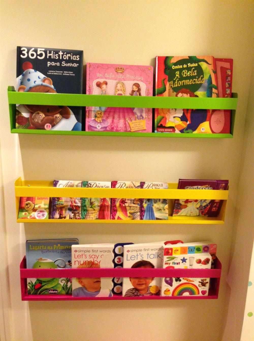 estante de livros colorido