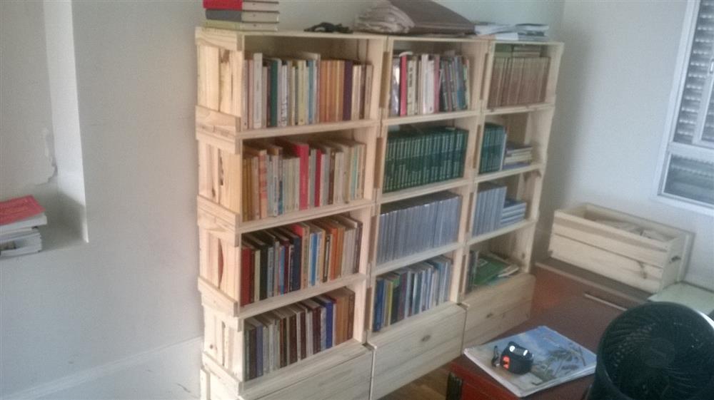prateleira de livros rustica