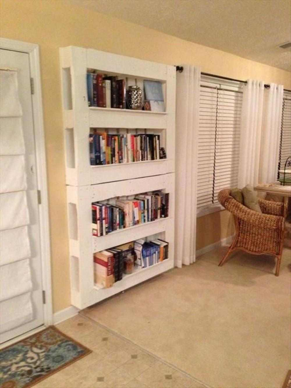 prateleiras de livros feita de pallet