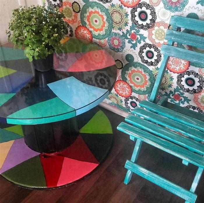 mesa de carretel de madeira com vidro