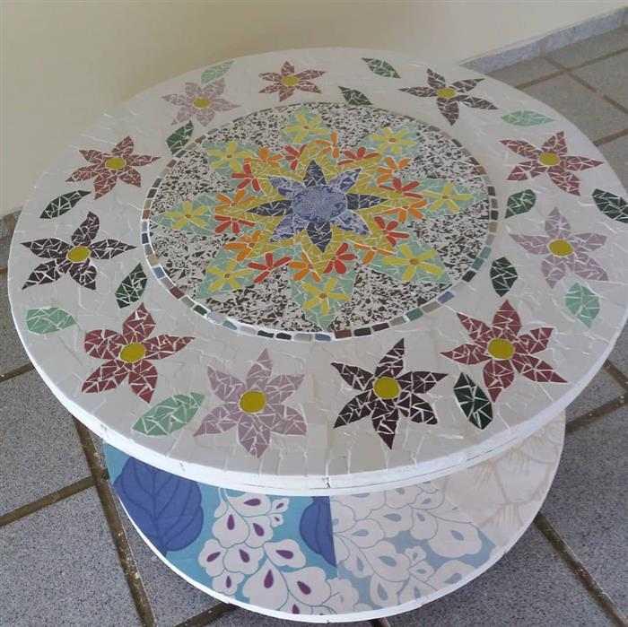 mesa de carretel de madeira decorada